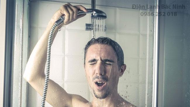 đàn ông không nên tắm nước nóng quá lâu